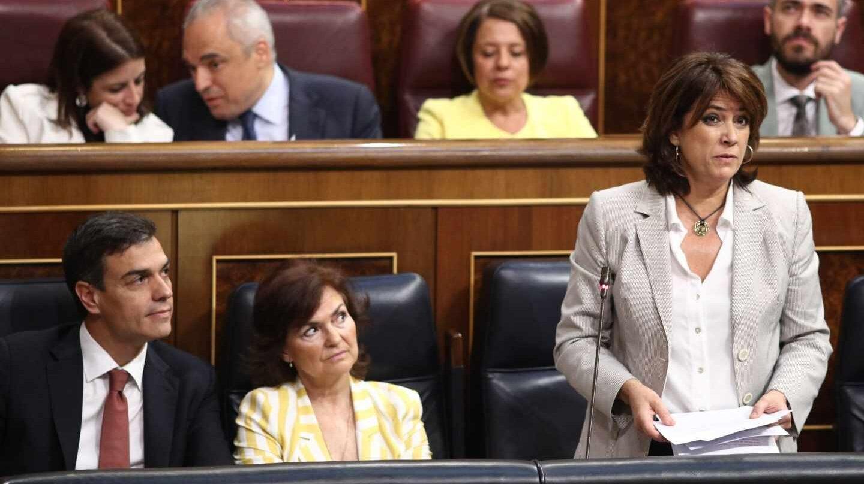 La ministra Dolores Delgado, interviniendo en el Congreso de los Diputados junto a Carmen Calvo y Pedro Sánchez.