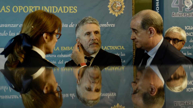 El ministro del Interior en funciones, Fernando Grande-Marlaska, y el director general de la Policía Nacional, Francisco Pardo Piqueras, en un acto oficial.