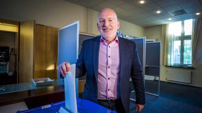 Frans Timmermans, líder de los laboristas holandeses, vota en Heerlen.