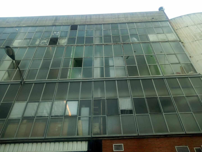 Estado en el que quedó la sede de Vox en Bilbao trsa el ataque con piedras.