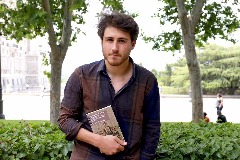 Ekaitz Cancela sostiene su libro 'Despertar del sueño tecnológico' en la Plaza de Oriente de Madrid.