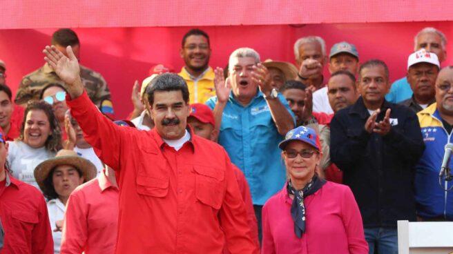 Nicolás Maduro y su esposa, la primera combatiente, Cilia Flores, junto a sus seguidores.