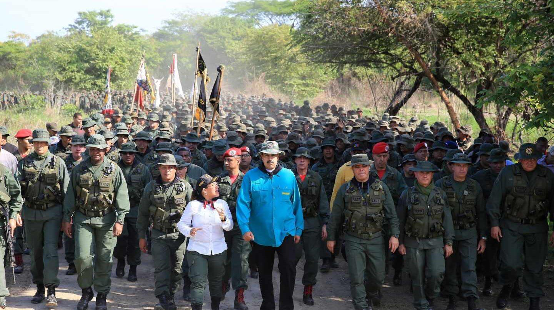Nicolás Maduro y el ministro de Defensa encabezan una marcha con cadetes en el Pao.
