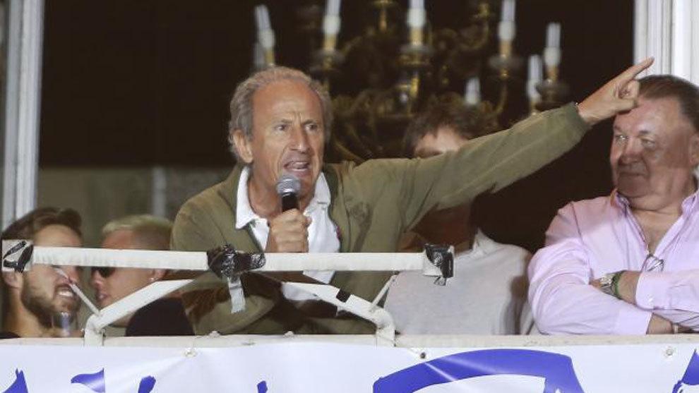 José María Martín Petón, junto al presidente del Huesca, Agustín Lasaosa.