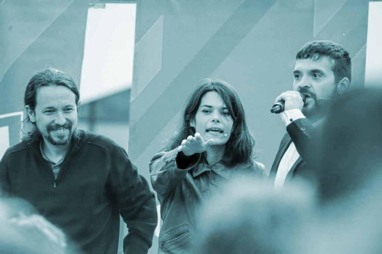 Isabel Serra, en el centro, junto a Pablo Iglesias en un acto de Podemos.