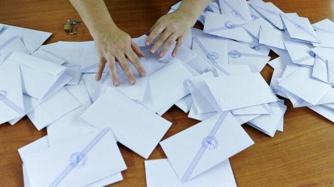 Recuento de papeletas volcadas en unas urnas.
