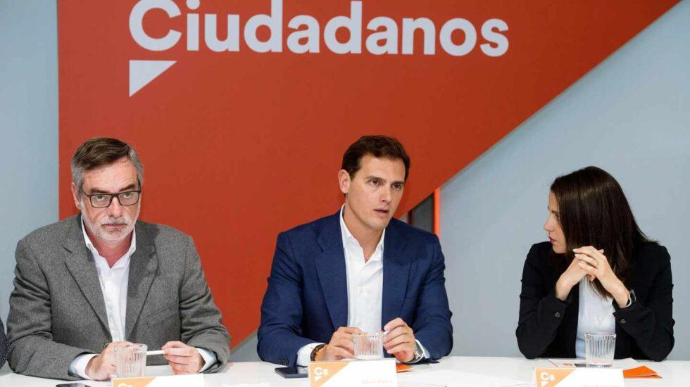 El presidente de Ciudadanos, Albert Rivera (c), junto al secretario general, José Manuel Villegas (i), y la portavoz de la Ejecutiva, Inés Arrimadas, durante la reunión del Comité Ejecutivo de la formación naranja celebrada este lunes en Madrid.