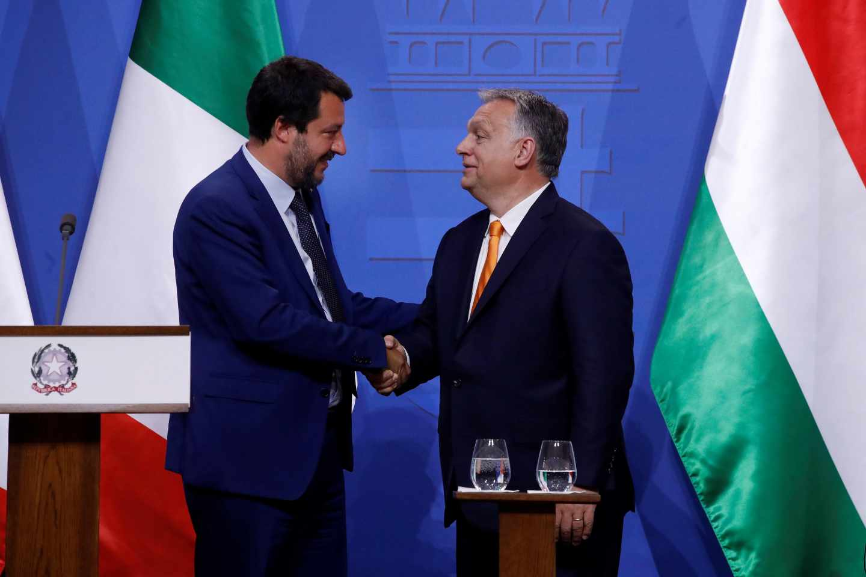 De izqda. a dcha, el ministro del Interior italiano, Matteo Salvini, líder de la Liga, junto al primer ministro húngaro, Viktor Orban, en Budapest.