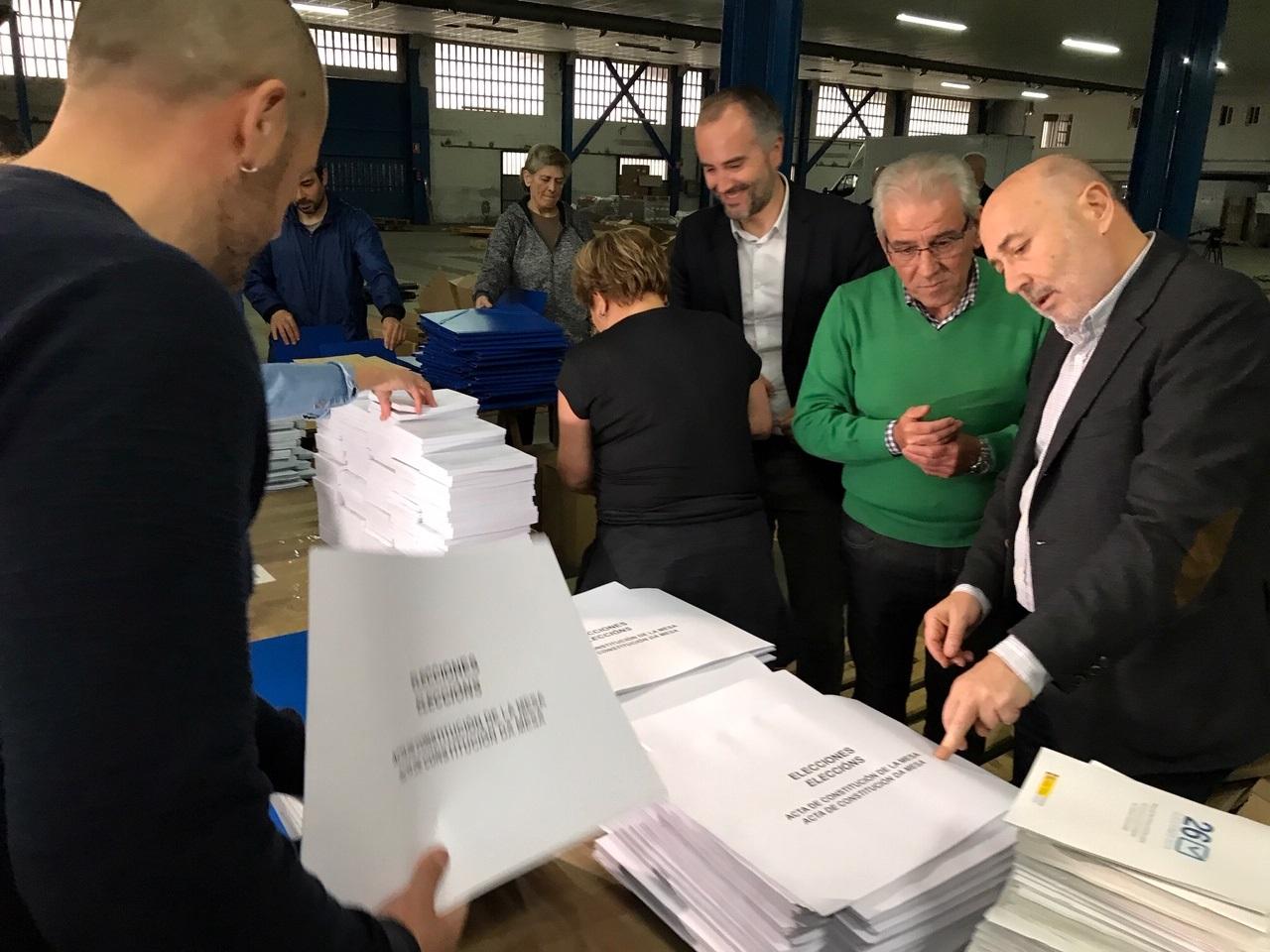 Reparto de sobres y papeletas para el 26-M en Galicia.