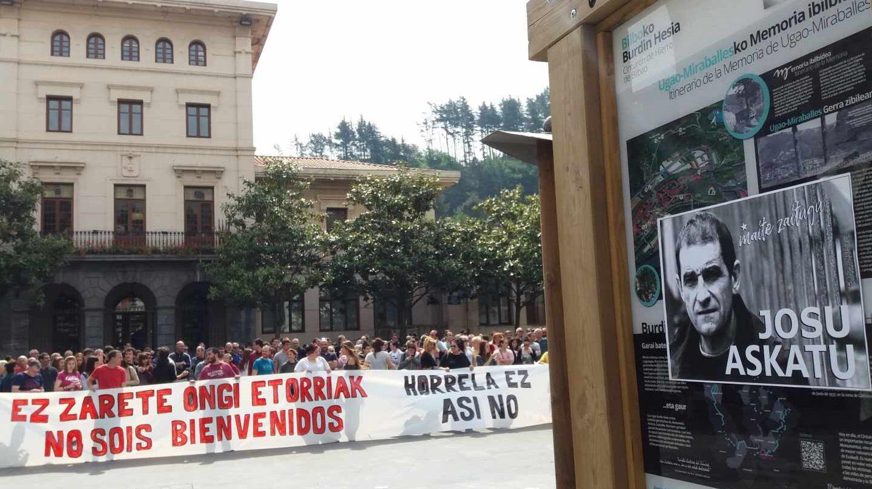Concentración contra la presencia de Ciudadanos en Ugao Miraballes. localidad natal de 'Josu Ternera'.