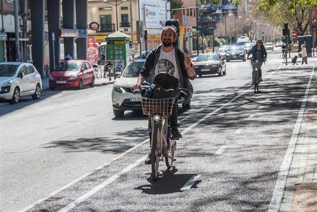 Un hombre utiliza un carril bici en Valencia