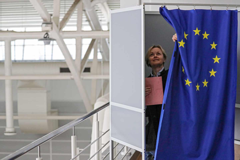 Una mujer vota en las elecciones europeas