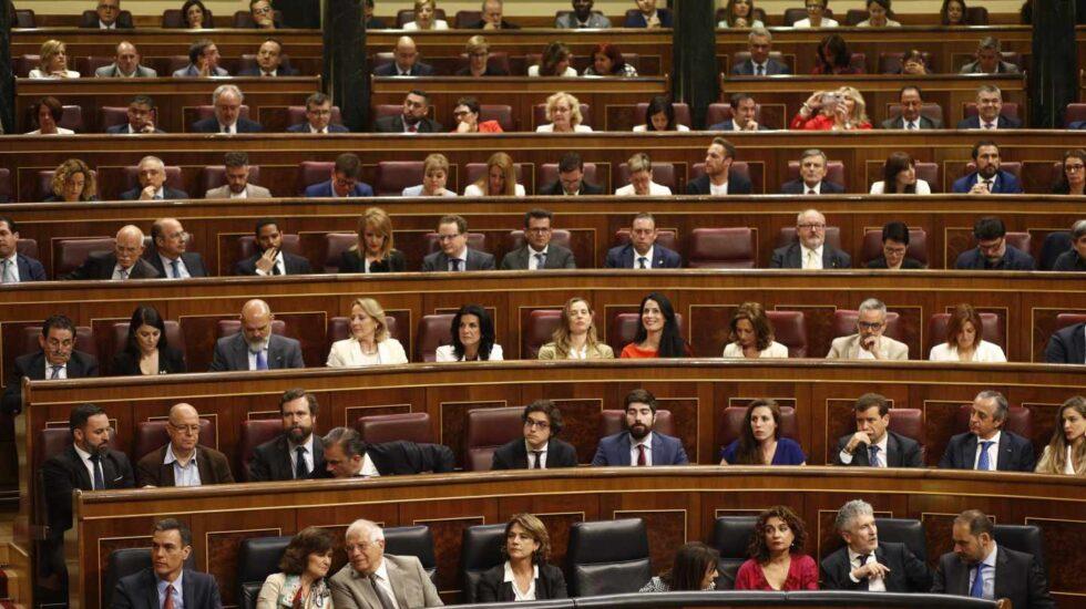 Los diputados de Vox, detrás del Gobierno en funciones.