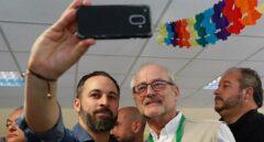 Santiago Abascal se fotografía con un apoderado de Vox tras votar el pasado domingo en Madrid.