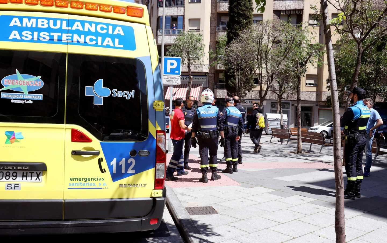 Servicios de emergencia, en el lugar del apuñalamiento, en Salamanca.