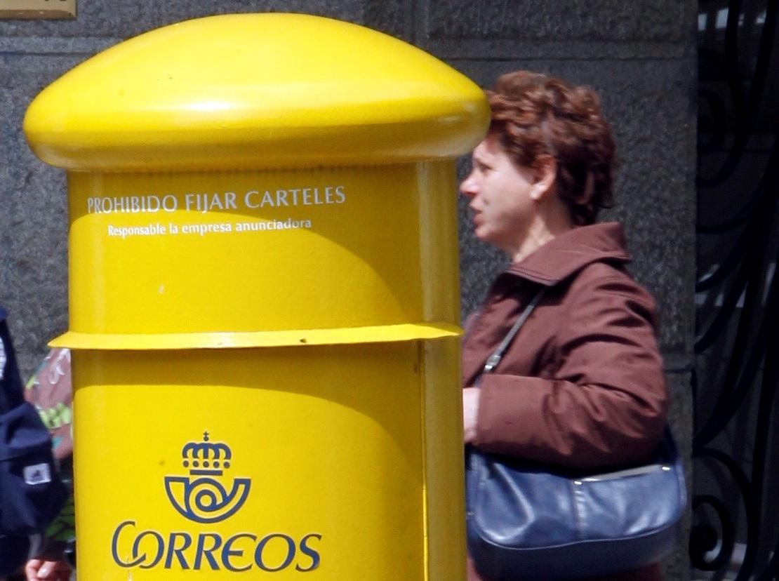 Un buzón de Correos, en una calle de Madrid.