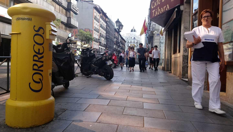 Un buzón de Correos, en una céntrica calle de Madrid.