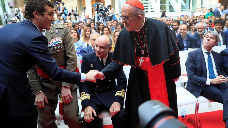 Pablo Casado saluda al obispo de Madrid, Carlos Osoro.