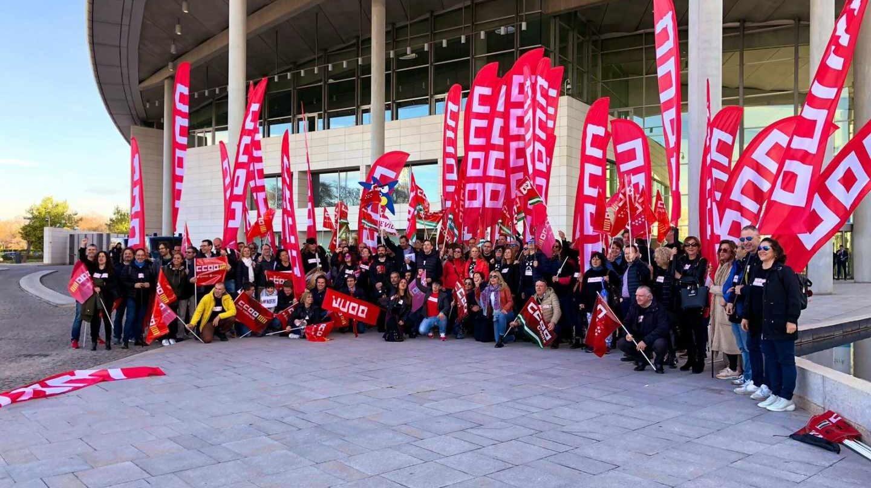 Protestas de CCOO en la junta general de accionistas de CaixaBank.