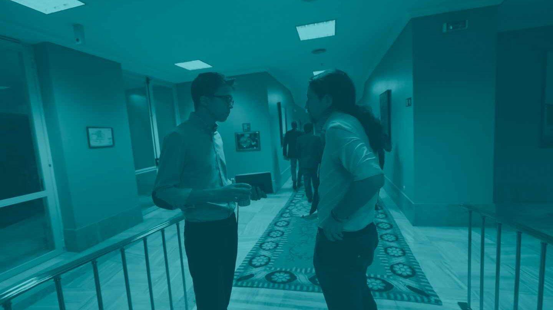 Iñigo Errejón y Pablo Iglesias, en los pasillos del Congreso.