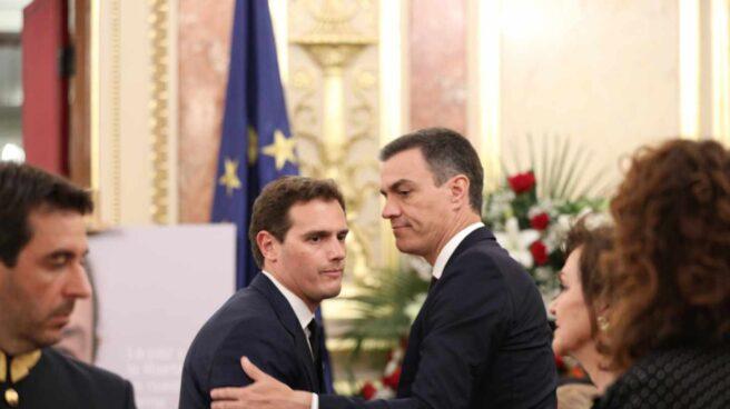 Rivera y Sánchez se saludan en la capilla ardiente de Rubalcaba.