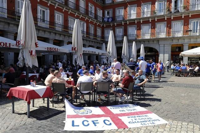 Hinchas ingleses en la Plaza Mayor de Madrid.