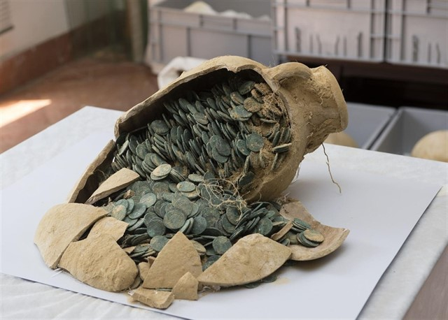 Ánfora con monedas romanas encontradas en Tomares (Sevilla)