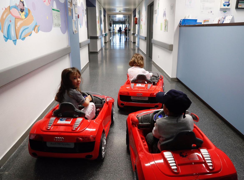 Niños con sus coches eléctricos en el Hospital Puerta de Hierro-Majadahonda.