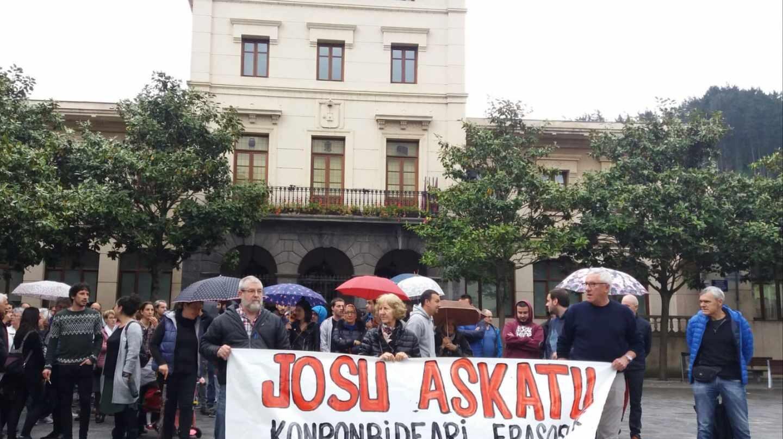 Un centenar de personas se concentra por la libertad de 'Josu Ternera' en su pueblo natal