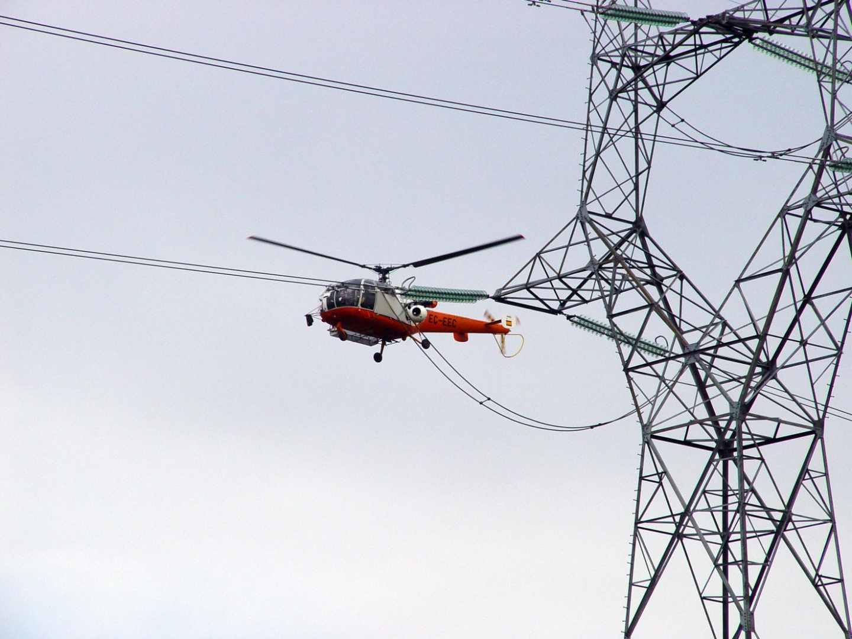 Tareas de mantenimiento en la red de distribución de Iberdrola.