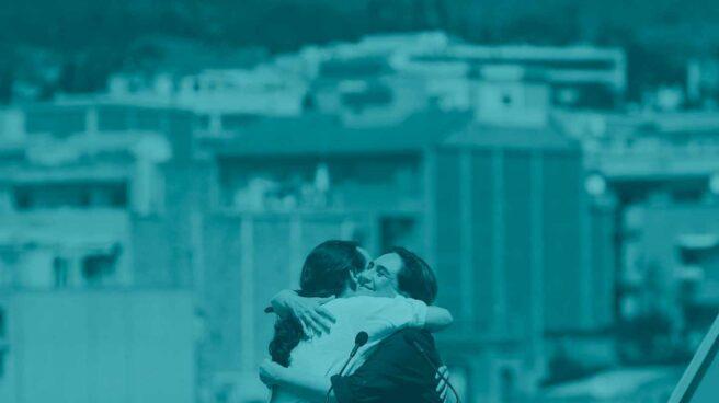 Pablo Iglesias abraza a Ada Colau.