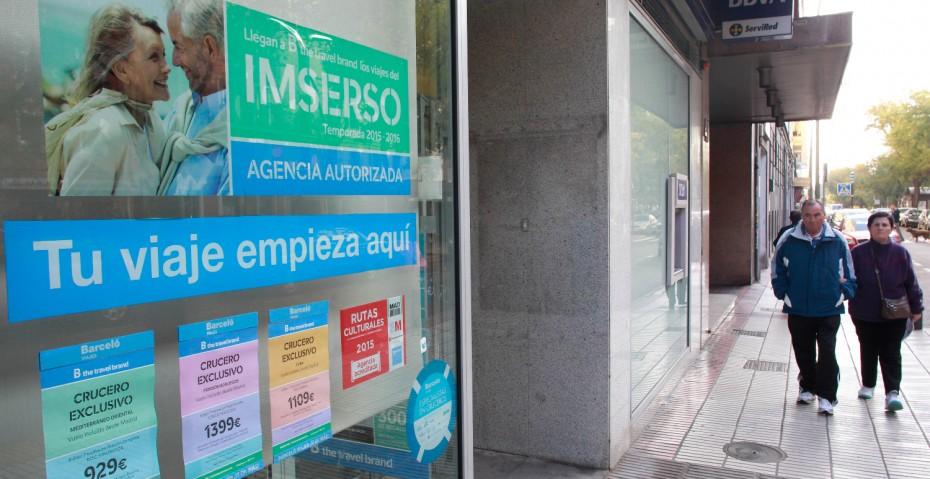 Una agencia de viajes anuncia los paquetes del programa de viajes del Imserso.