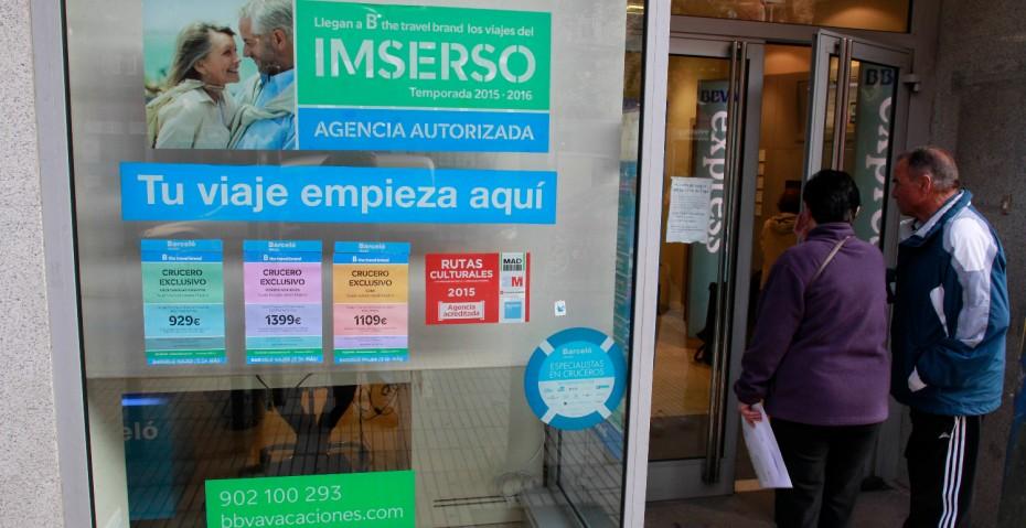 Una agencia de viajes anunciando el programa de turismo social del Imserso.