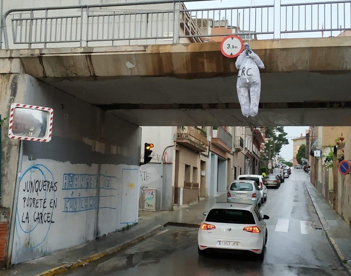 Un muñeco de Junqueras, colgado en un puente de su pueblo.