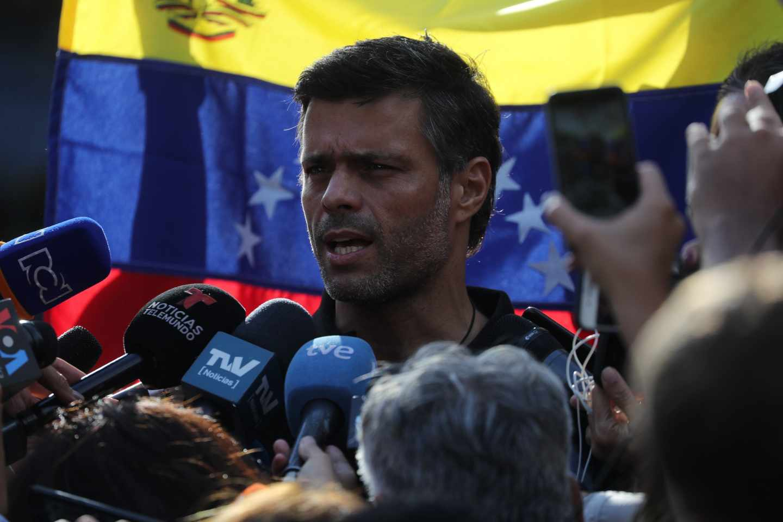 Leopoldo López habla a las puertas de la residencia del embajador de España en Caracas.