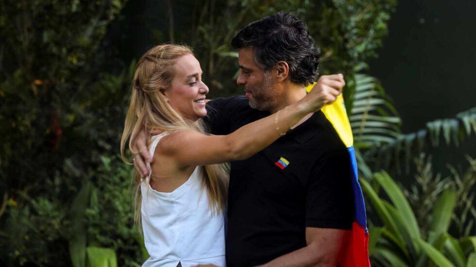 Leopoldo López y su mujer Lilian Tintori, en la embajada de España en Caracas.