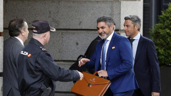 El diputado por Huelva Juan José Cortés, entrando en el Congreso con su maletín.