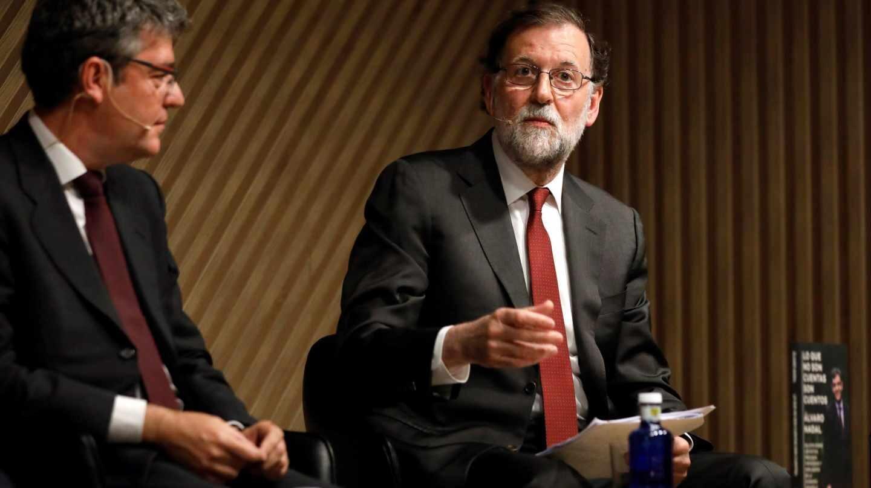 Mariano Rajoy acompaña a Álvaro Nadal en la presentación de su libro.
