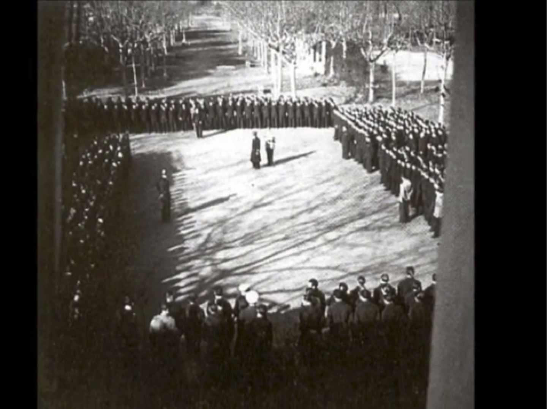 Formación en la plaza del Balneario Vichy Catalán probablemente el 3 de febrero, durante la visita del Capitán General de Cataluña, el general Moscardó.
