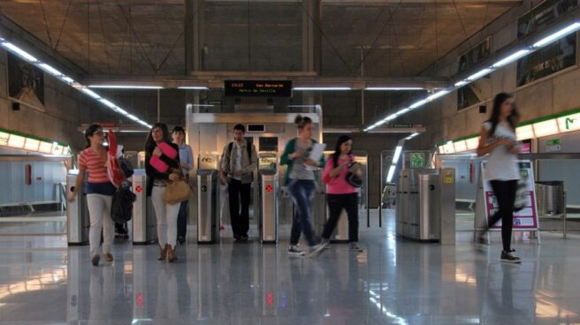 Viajeros en una estación del metro de Sevilla.