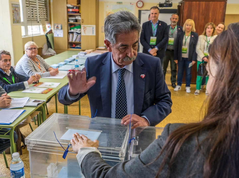 Miguel Ángel Revilla vota en las elecciones del 26-M.