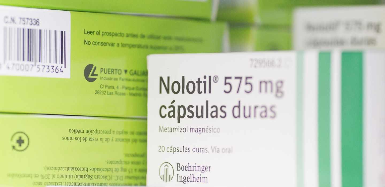 Caja de 'Nolotil', uno de los medicamentos con unidades limitadas, en la estantería de una oficina de farmacia.