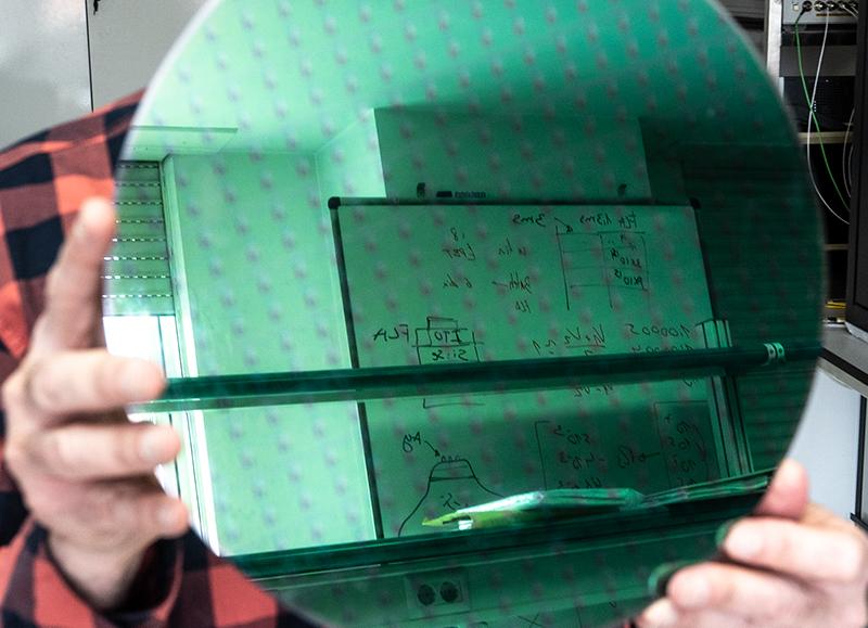 Oblea de silicio en el laboratorio de la UCM