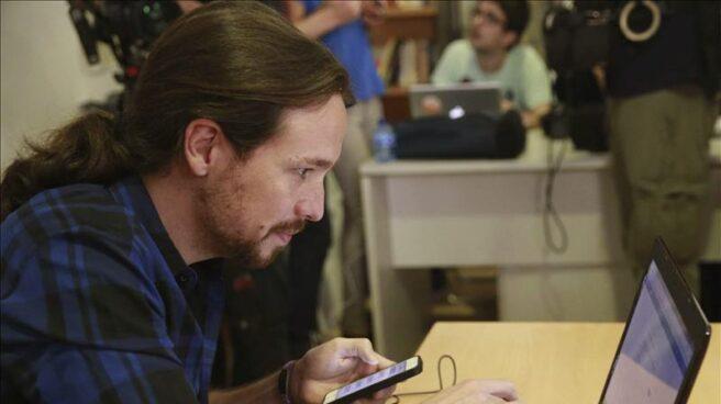 Pablo Iglesias, entrando en Facebook en una imagen de archivo.