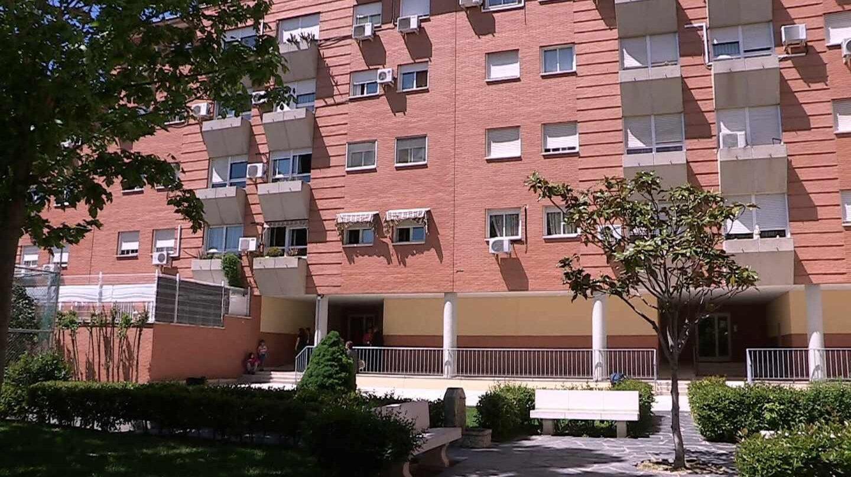 Vista del edificio de Parla en el que la mujer ha sido asesinada.