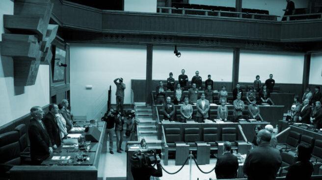 Diputados en el Parlamento vasco durante un minuto de silencio.