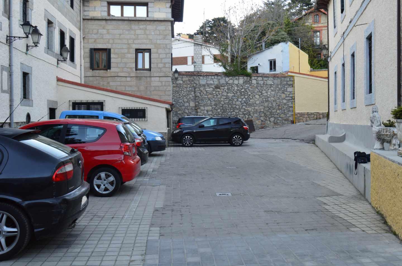 Lugar donde izaban la bandera los soldados alemanes. A día de hoy, un parking para huéspedes del Hostal.