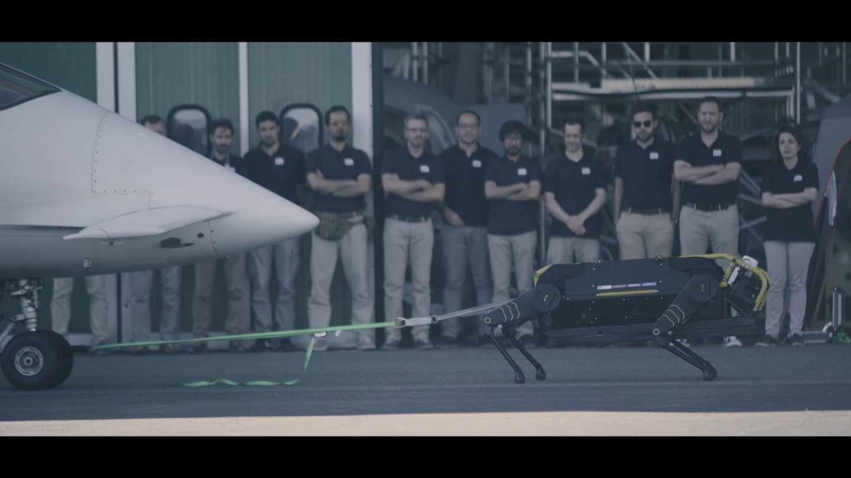 Perrobot del IIT tirando de un avión