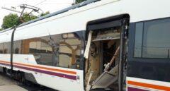 Un tren de Media Distancia circula por Sevilla con una puerta arrancada