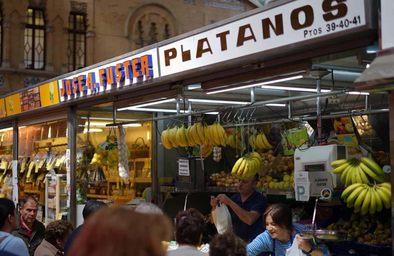 Puesto de plátanos en el Mercado Central de Valencia